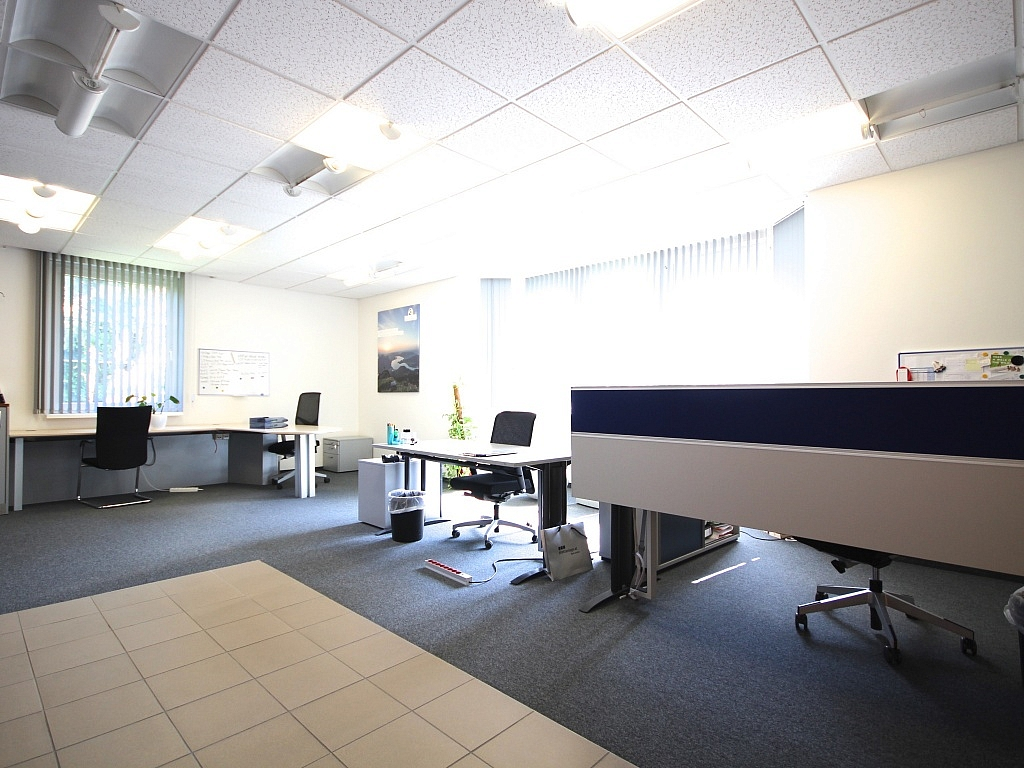 Schönes 90 m² Büro mit 73 m² großem Lagerraum